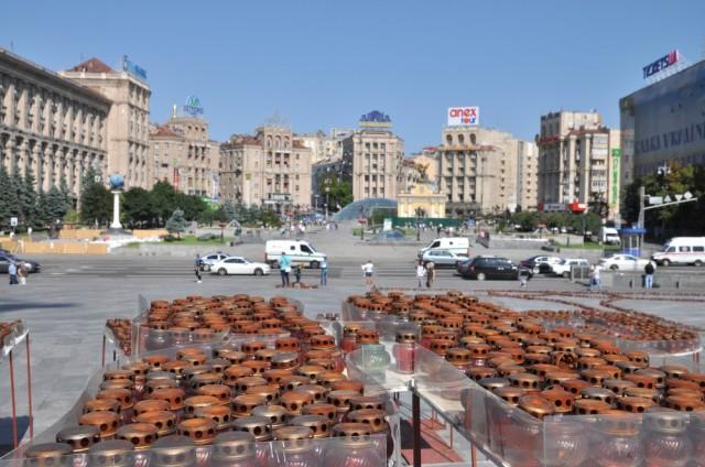 Erloschene Grabkerzen erinnern an die revolution vor einem Jahr auf dem Maidan.