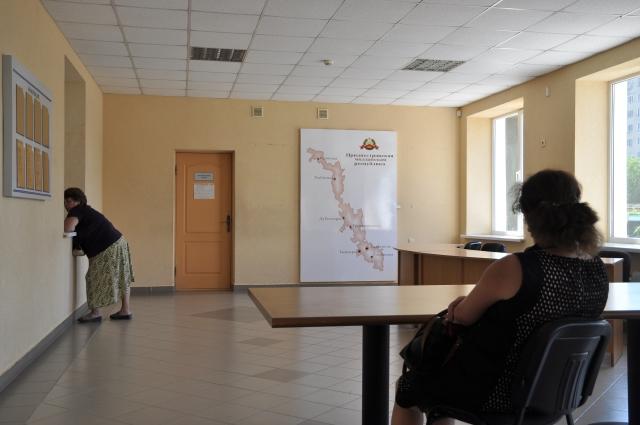 Die Registrierung im Migrationsbüro läuft ganz ohne persönlichen Kontakt ab. An der Wand hängt die Karte von Transnistrien