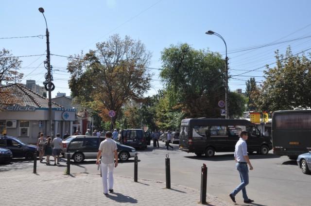 An einer Ecke nahe dem Busbahnhofs in Chisinaui fahren die Busse und shared taxis nach Nordmoldawien ab.
