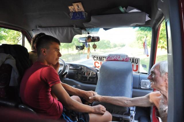 In Moldawien kennt man seine Fahrgäste noch persönlich: gern hält man für eine Begrüßung an