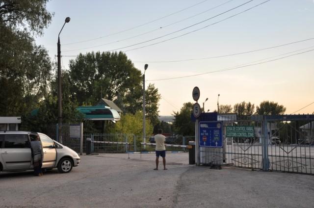 moldawisch-rumänischer Grenzübergang in Moldawien. Da Personalwechsel stattfand, passierte erst einmal eine halbe Stunde nichts