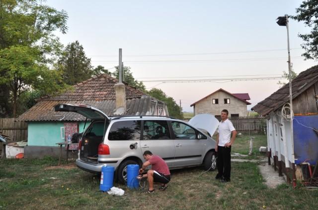 Auspumpen des frisch getankten Diesels aus Moldawien in Fässer für schlechte Zeiten
