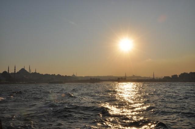 Abendstimmung am Bosporus, im Hintergrund die Galatabrücke auf der europäischen Seite