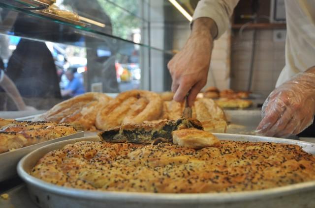Türkische Leibspeise Börek beim Börekladen, der sich ausschließlich darauf spezialisiert hat