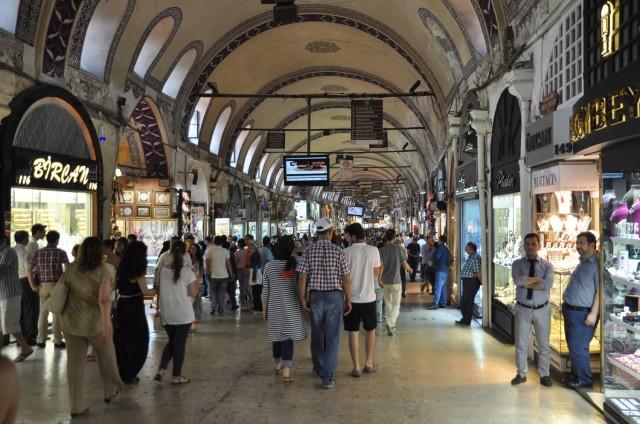 Der riesige überdachte Basar beherbergt unzählige Händler, hier ist die Straße am breitesten