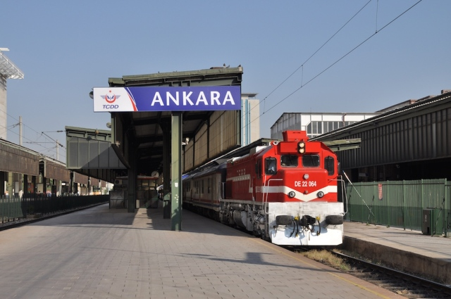 Der Güney Espressi steht mit einer sechsachsigen Diesellok zur Abfahrt bereit