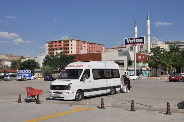 Der Schienenersatzverkehr nach Kars wird von zwei Minibussen abgewickelt, der erste ist schon abgefahren