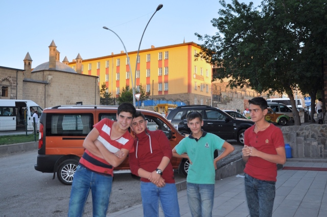 Erzurum kennt keine Touristen: die vier Jungs hier posieren vor meiner Kamera