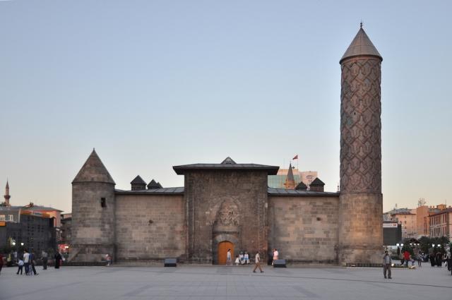 Überbleibsel der Altstadt: die Yakutiye Medresesi stammt aus der mongolischen Zeit aus dem 14. Jahrhundert und war eine Religionsschule