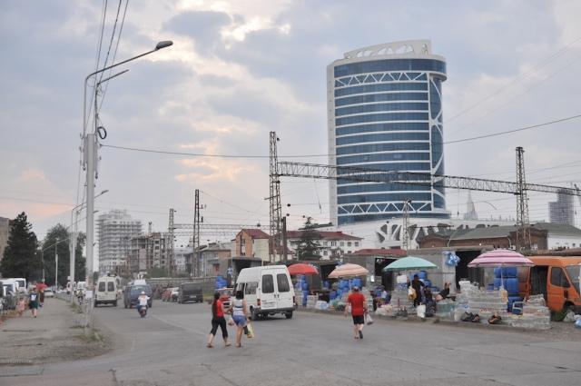 Erster Eindruck Georgiens nach der Grenze ist der Badeort Batumi. Hier geht es aus den Straßen schon sehr russsch zu