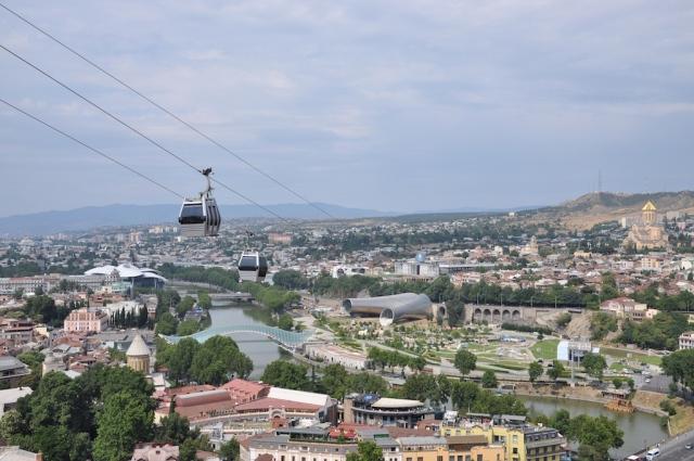 Die einzige, noch verbliebene Seilbahn in Tbilisi verbindet die Festungsanlage mit der anderen Flussseite. Bedenken braucht man keine zu haben