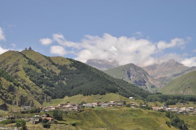 Auf geht's: einstündiger Fußmarsch zum Kloster Kazbeki, vor dem gleichnamigen 5000 m-hohen Berg