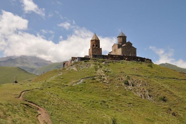 Das Kloster Kazbeki liegt malerisch auf 2300 m Höhe mitten im Kaukasus kurz vor der georgisch-russischen Grenze