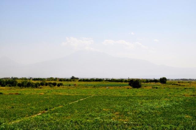Mit etwas Phantasie und Bildbearbeitung kann man hinter einem diesigen Schleier den 5000 m hohen Ararat (heute in der Türkei) erkennen