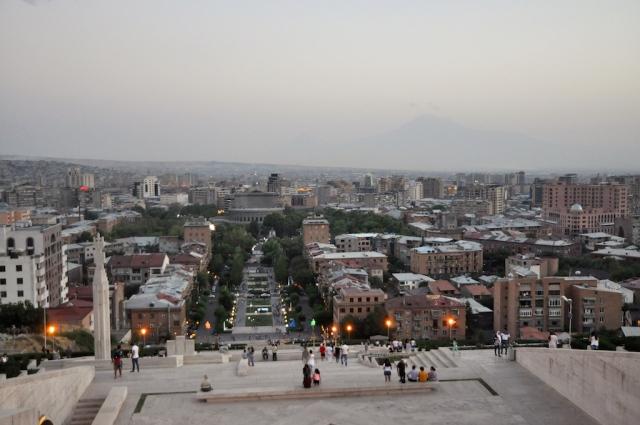 Blick von ganz oben auf Yerevan am Abend, auch der Ararat thront am Horizont