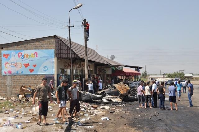 Zum Thema Sicherheit im Straßenverkehr: auf der Fahrt in den Süden Armeniens kamen wir an einem Trümmerfeld vorbei, an dem sich kurz zuvor ein schlimmer Unfall ereignet haben muss