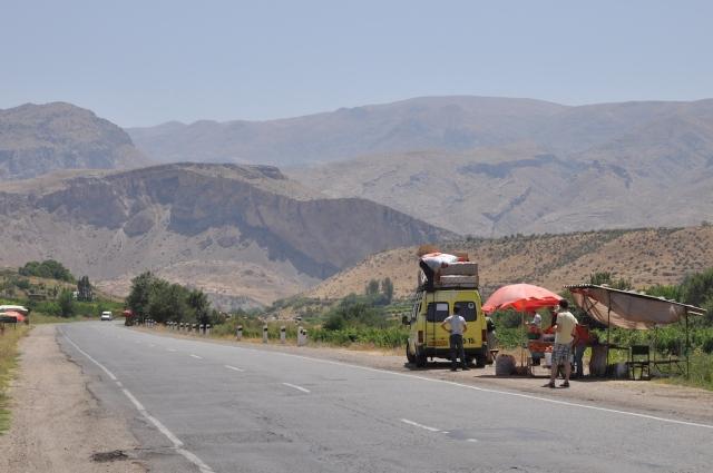 Kurzer Halt am Pfirsichstand: links und rechts der Straße wuchsen die Früchte und wurden direkt verkauft