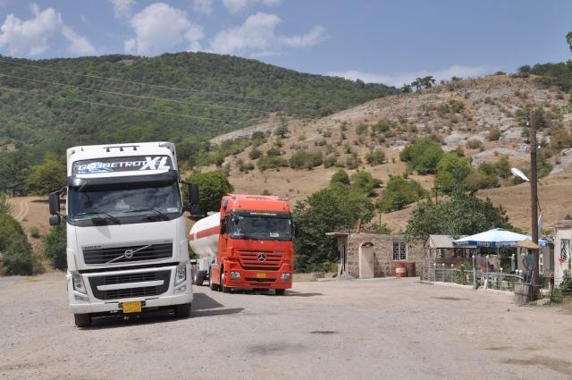 Teepause und Dieselbelieferung am Straßenrand in Bergkarabach
