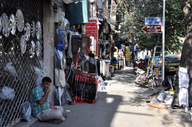 Unsere Unterkunft in Tehran ist von Autohändlern umgeben