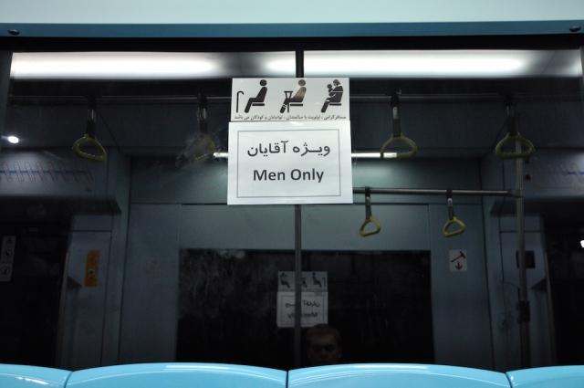 Strikte Geschlechtertrennung der Fahrgäste im ÖPNV. Baulich getrennt befinden sich die