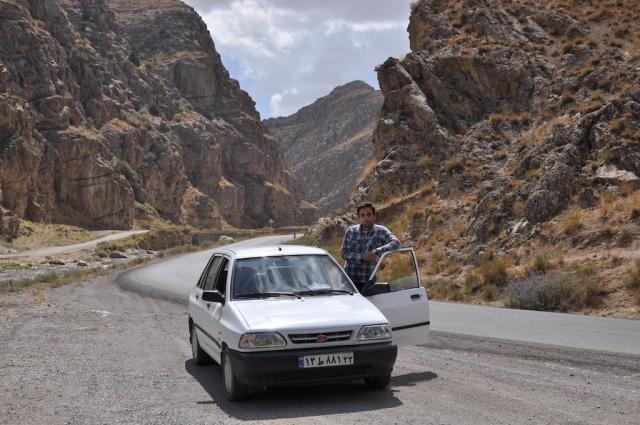 Die letzten 80 km brachte mich ein studentischer Taxifahrer zur turkmenischen Grenze