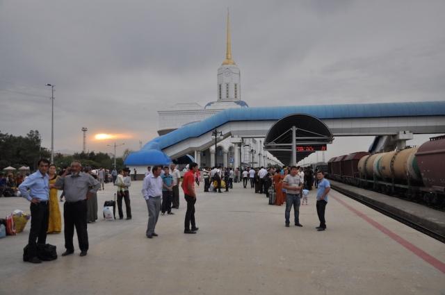 Bahnhof Ashgabat, kurz vor Einfahrt des Nachtzuges nach Darweze