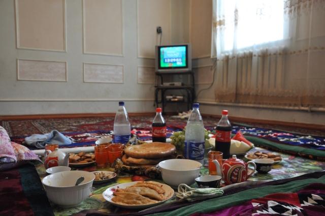 Reichliches Mittagsbuffet bei Tirkesh in Bordumsaz