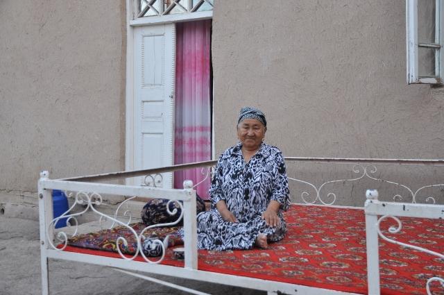 Die Großmutter wacht vor dem Eingang meines Gasthauses