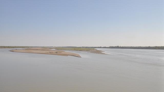 Hier führt der Syrdaja noch genügend Wasser. Die übermäßige Wassernutzung lässt den Fluss bereits vor der Mündung in den Aralsees im Sand versickern