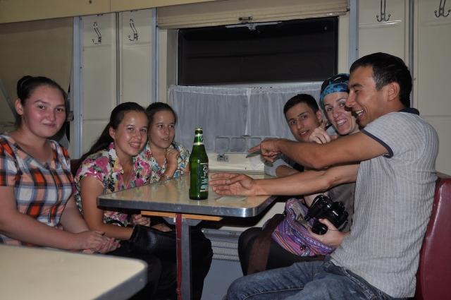 Kartenspiel im Speisewagen des Nachtzugs