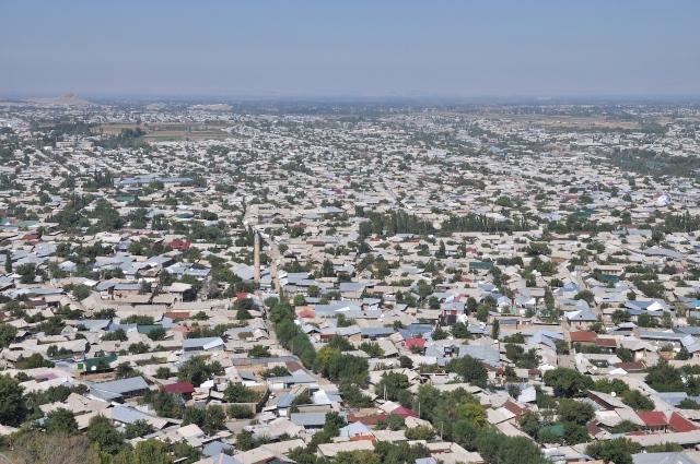 Das weitläufige Ferghanatal in Sch mit den zimmergleichen Häusern