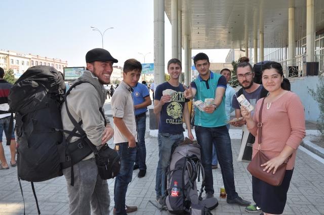Geldwechsel auf der Straße in Usbekistan