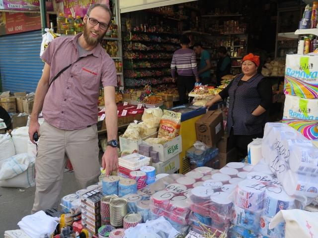 Jeroen hat die Wahl zwischen sanft und Schirgelpapier. Ein Muss der Reiseausstattung