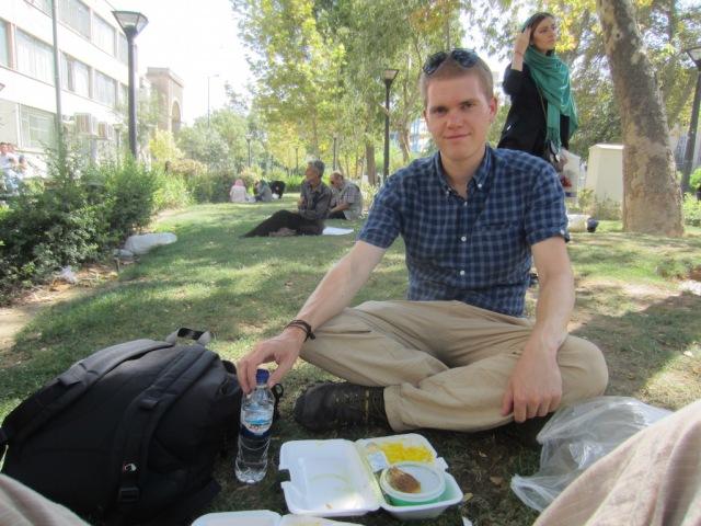 Picknick auf der Wiese vor dem Basar in Tehran